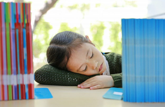 muchacha-asiatica-pequeno-nino-dormir-estante-biblioteca